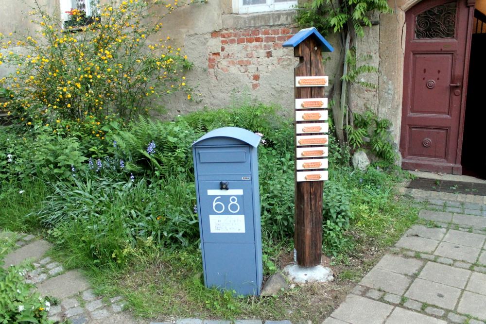 Briefkasten mit Namenssäule