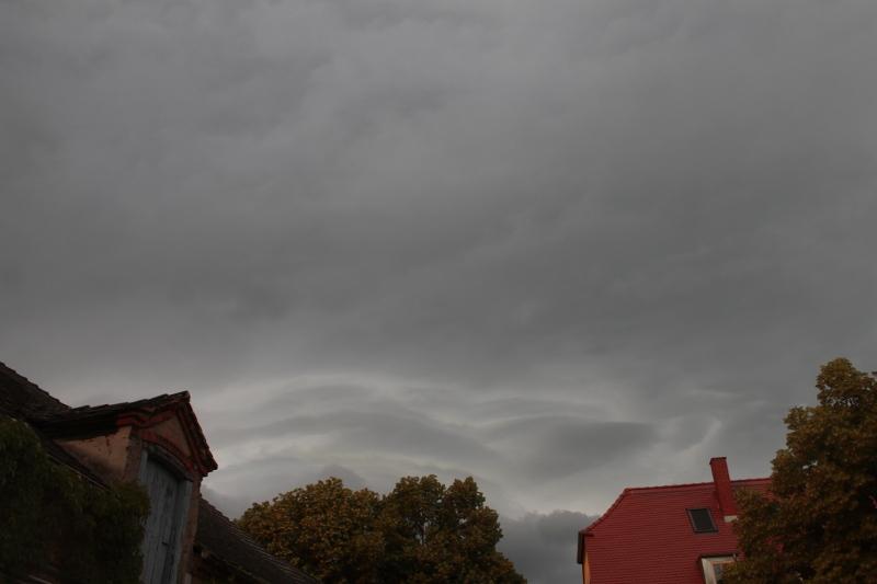 Und plötzlich ziehen Wolken auf. Graue. Dunkelgraue. Und viele davon.