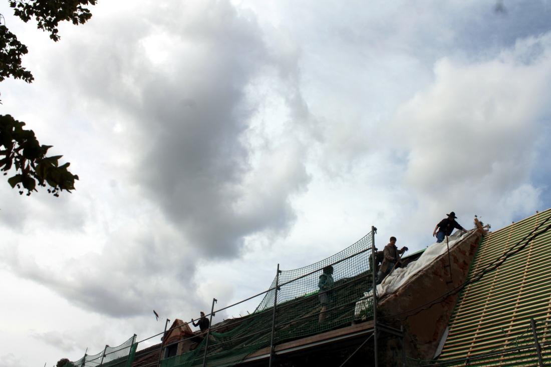 Dachabdecken (oder Dachauffolien) vor beeindruckender Wolkenkulisse